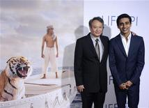 """O diretor Ang Lee (E) e o ator Suraj Sharma (D) em sessão especial do filme """"As Aventuras de Pi"""" em Los Angeles, em novembro. Por trás de uma simplicidade aparente, há grandes ambições em """"As Aventuras de Pi"""", o novo filme do taiwanês radicado nos EUA Ang Lee que todo mundo está esperando ver entre os principais indicados no Oscar, cujos concorrentes serão anunciados em 10 de janeiro de 2013. 16/11/2012 REUTERS/Phil McCarten"""