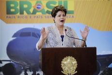 Presidente Dilma Rousseff fala durante cerimônia de lançamento de plano de investimentos de aeroportos, no Palácio do Planalto, em Brasília. 20/12/2012 REUTERS/Fabio Rodrigues-Pozzebom