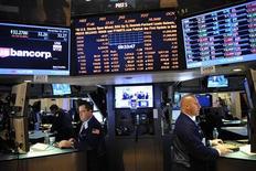 Traders in una sala operativa. REUTERS/Keith Bedford
