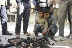 Garoto posa ao lado de artilharia explodida em área a leste de Damasco. A guerra na Síria se tornou dividida ao longo de linhas sectárias, colocando cada vez a comunidade alauíta, atualmente no poder, contra a maioria sunita, com combatentes estrangeiros ajudando ambos os lados, disseram investigadores de direitos humanos da Organização das Nações Unidas (ONU) nesta quinta-feira. 17/12/2012 REUTERS/Karm Seif/Shaam News Network/Handout