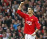 Cristiano Ronaldo volverá a Manchester con el Real Madrid, campeón en nueve ocasiones de la Liga de Campeones, en octavos de la máxima competición europea mientras que el Barça de Lionel Messi se enfrentará al AC Milan. En la imagen de archivo, Ronaldo celebra un gol en Old Trafford en su etapa en el Manchester United. REUTERS/Phil Noble/Files
