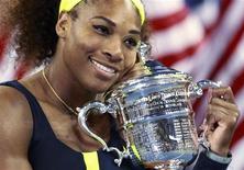 Si la Biélorusse Victoria Azarenka a conservé en 2012 sa place de numéro un mondiale, l'Américaine Serena Williams, troisième du classement WTA, lui ravit sans peine le titre de joueuse de l'année. Décevante en Australie et à Roland-Garros, la cadette des soeurs Williams a ensuite remporté Wimbledon et doublé la mise sur le gazon londonien en s'imposant en simple et en double lors des Jeux Olympiques, avant de s'imposer à l'US Open et au Masters d'Istanbul. /Photo prise le 9 septembre 2012/REUTERS/Kevin Lamarque