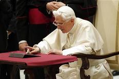 El papa Benedicto XVI, de 85 años y nuevo en la red social Twitter, ha superado al rompecorazones de 18 años Justin Bieber para establecer un récord de retuits por parte de sus seguidores, según dijo el jueves el Vaticano. En la imagen, el papa Benedicto XVI utiliza un iPad durante un acto público en el Vaticano. REUTERS/Giampiero Sposito