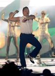 """Ha sido el vídeo más visto en la historia de Youtube, se ha convertido en una sensación del pop con su baile del caballo que ha arrasado en el mundo y ahora el cantante coreano Psy podría hacerse un hueco en la cultura popular con el reconocimiento de un diccionario británico. En la imagen de archivo, el surcoreano Psy interpreta """"Gangnam Style"""" durante un concierto en Bangkok. REUTERS/Chaiwat Subprasom"""