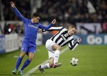 El defensa de la Juventus Giorgio Chiellini ha confirmado que se perderá el partido del viernes de la Serie A contra el Cagliari por una lesión en el gemelo. En la imagen de archivo, Chiellini (derecha) pugna por un balón con Hazard, durante un Juve Chelsea de Liga de Campeones. REUTERS/Tony Gentile