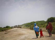 Unas 55 personas han muerto o desaparecido, después de que un barco abarrotado de gente se hundiera en las costas de Somalia, dijo el jueves la agencia de Naciones Unidas para refugiados. En esta imagen de archivo, mujeres somalíes caminan con sus hijos junto a una carretera entre las localidades de Balcad y Jawhar en la región de Shabelle Medio, al norte de la capital somalí, Mogadiscio, el 10 de diciembre de 2012. REUTERS/Stuart Price/AU-UN IST PHOTO/Handout ESTA IMAGEN HA SIDO PROPORCIONADA POR UN TERCERO. REUTERS LA DISTRIBUYE, EXACTAMENTE COMO LA RECIBIÓ, COMO UN SERVICIO A SUS CLIENTES. SÓLO PARA USO EDITORIAL, NI VENTAS NI PARA SU VENTA PARA CAMPAÑAS DE MARKETING O PUBLICIDAD.