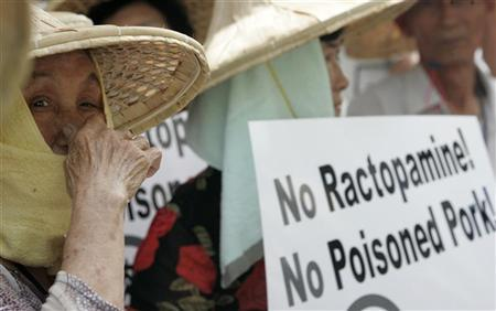 Pig farmers demonstrate in front of the Department of Health in Taipei August 21, 2007. REUTERS/Pichi Chuang