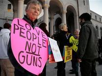 Los residentes de Newtown, Connecticut, buscaban el jueves formas de presionar a los líderes estadounidenses para restringir el acceso a las armas, mientras enterraban a más víctimas del segundo tiroteo más mortal en una escuela en la historia del país. En la imagen, gente en una vigilia de varias religiones para pedir el fin de la violencia armada frente al Ayuntamiento de Los Ángeles, en California, el 19 de diciembre de 2012. REUTERS/Jason Redmond