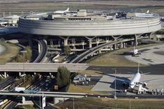 Vue du Terminal 2 de Roissy Charles-de-Gaulle. Aéroports de Paris a annoncé jeudi l'abaissement de plusieurs objectifs clés pour 2015 et la mise en oeuvre d'un plan d'économies en raison du ralentissement du trafic depuis cet été et de la dégradation des perspectives économiques. /Photo d'archives/REUTERS/Veronique Paul/ADP/HO