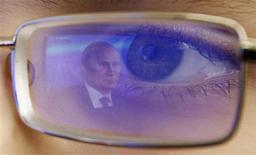 Reflet de Vladimir Poutine. Relayant la théorie qui fait consensus dans la communauté scientifique, le président russe Vladimir Poutine ne s'inquiète pas trop de la prophétie maya sur la fin du monde programmée pour le 21 décembre parce qu'il pense que l'apocalypse interviendra dans 4,5 milliards d'années. /Photo prise le 20 décembre 2012/REUTERS/Vladimir Konstantinov