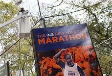 La maratón de Nueva York ha ofrecido la devolución del dinero a los que pagaron por la inscripción de la edición de 2012, que fue cancelada a causa de la supertormenta Sandy. En la imagen de archivo, un cartel de la maratón de Nueva York el pasado 2 de noviembre. REUTERS/Carlo Allegri