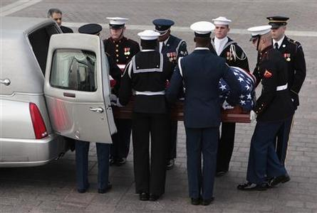 A military honor guard carries the casket of Senator Daniel Inouye (D-HI) as it arrives on Capitol Hill in Washington December 20, 2012. REUTERS/Yuri Gripas