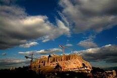 La policía griega antidisturbios se enfrentó el jueves con un grupo de empresarios atenienses que intentaron evitar inspecciones de Hacienda en sus tiendas, según las autoridades, reflejando la resistencia a la que se enfrenta el Gobierno para acabar con la extendida evasión fiscal del país. En esta imagen de archivos, grúas en la colina de la Acrópolis durante una operación de transferencia de artefactos de la Acrópolis, en Atenas, el 14 de octubre de 2007. REUTERS/Yannis Behrakis