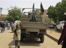 Combattants islamistes du Mouvement pour l'unité et le jihad en Afrique de l'Ouest (Mujao) à Gao, dans le nord du Mali, en septembre dernier. Le Conseil de sécurité des Nations unies a voté jeudi à l'unanimité un projet de résolution présenté par la France qui autorise le déploiement au Mali, pour une période initiale d'une année, d'une force africaine chargée de chasser les rebelles islamistes du nord du pays. /Photo prise le 8 septembre 2012/REUTERS/Adama Diarra