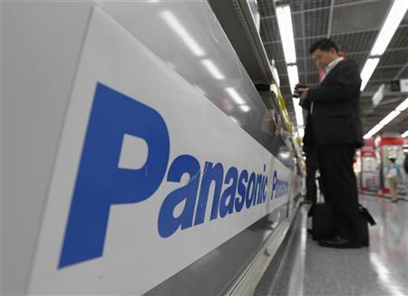 A man browses a Panasonic camera at an electronics shop in Tokyo May 10, 2012. REUTERS/Kim Kyung-Hoon