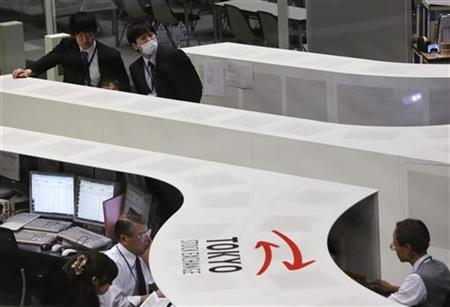 Tokyo Stock Exchange employees work at the bourse in Tokyo December 17, 2012. REUTERS/Yuriko Nakao