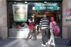 La llegada de turistas internacionales a España registró en noviembre un alza del 0,2 por ciento hasta 3,0 millones, según datos facilitados el viernes por Frontur, organización perteneciente al Ministerio de Industria, Energía y Turismo. En la imagen, una pareja de turistas miran la oferta de un restaurante en las Ramblas, en el centro de Barcelona, el 12 de noviembre de 2012. REUTERS/Gustau Nacarino