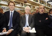 Il presidente del Consiglio Mario Monti (al centro) con l'ad di Fiat Sergio Marchionne (a destra) e il presidente di Fiat John Elkann nello stabilimento Fiat di Melfi. REUTERS/Ciro De Luca