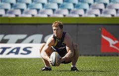 Le troisième ligne David Pocock s'est engagé vendredi pour trois nouvelles années avec la Fédération australienne de rugby, un contrat qui doit l'emmener jusqu'à la Coupe du monde 2015 avec les Wallabies. /Photo prise le 17 août 2012/REUTERS/Daniel Munoz
