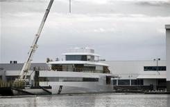 Un súper yate construido para el fallecido cofundador de Apple Steve Jobs ha sido confiscado en Ámsterdam debido a una disputa sobre una cuenta impagada al diseñador Philippe Starck, dijo el viernes un abogado. En la imagen de archivo, el yate en el puerto holandés de Aalsmeer, el 30 de octubre de 2012. REUTERS/Michael Kooren