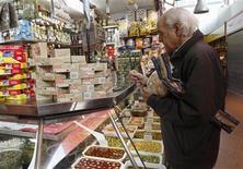 España registró en octubre un déficit comercial de 1.493 millones de euros, un descenso del 58,9 por ciento sobre el mismo mes de año anterior, según datos divulgados el viernes por el Ministerio de Economía y Competitividad. En la imagen, un hombre compra en un mercado, en Barcelona, el 30 de noviembre de 2012. REUTERS/Gustau Nacarino