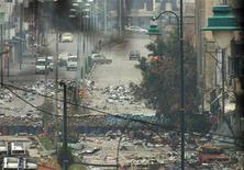 El jefe de la OTAN Anders Fogh Rasmussen condenó el viernes el disparo de misiles de corto alcance de Siria después de que una fuente de la OTAN dijera que la vigilancia aliada había detectado nuevos lanzamientos de misiles tipo-Scud en Siria esta semana. En la imagen, vista genreal de unas barricadas y sacos de arena apilados por fuerzas leales al presidente sirio Bashar el-Asad rodean una zona sitiada en Homs, el 9 de diciembre de 2012.REUTERS/Yazan Homsy
