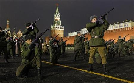 Russian servicemen take part in a military parade rehearsal in Red Square near the Kremlin in Moscow November 2, 2012. REUTERS/Maxim Shemetov/Files