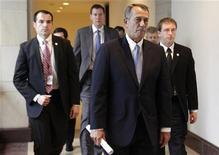 """El presidente de la Cámara de Representantes de Estados Unidos, John Boehner, encajó un vergonzoso revés el jueves cuando no logró unir a los legisladores republicanos detrás de un proyecto de ley diseñado para conseguir concesiones del presidente Barack Obama en las negociaciones sobre el """"abismo fiscal"""". En la imagen, el presidente de la Cámara de Representantes, John Boehner (primero) abandona una rueda de prensa sobre el """"abismo fiscal"""" en el Capitolio, en Washington, el 20 de diciembre de 2012. REUTERS/Yuri Gripas"""