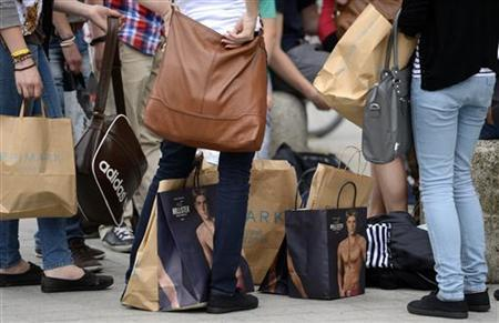 Shoppers rest with their purchases in downtown Hanover June 19, 2012. REUTERS/Fabian Bimmer