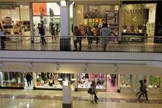 Pessoas fazem compras em shopping de Recife, em Pernambuco, em maio de 2010. Índice de Confiança do Consumidor (ICC) da Fundação Getulio Vargas recuou 1,08 por cento em dezembro na comparação com novembro, ao passar de 120,0 pontos para 118,7 pontos, informou a FGV. REUTERS/Bruno Domingos