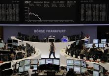 En place de Francfort. Les Bourses européennes perdaient entre 0,4% et 0,6% vendredi vers la mi-séance, accompagnées dans leur recul par l'euro et l'or. À Paris, le CAC 40 cédait 0,35% à 3.653,80 points vers 13h10, à Francfort, le Dax se repliait de 0,51% et à Londres, le FTSE reculait de 0,62%. /Photo prise le 21 décembre 2012/REUTERS/Remote/Lizza David