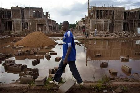 A man walks by a luxury housing construction site in the upscale Cite de Niger district of Bamako, Mali September 5, 2012. REUTERS/Joe Penney (MALI - Tags: POLITICS SOCIETY)