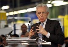 El primer ministro italiano, Mario Monti, presentará su renuncia el viernes al presidente Giorgio Napolitano después de que el Parlamento apruebe el plan de presupuesto para el 2013, de acuerdo a fuentes políticas y del Gobierno. En la imagen, Mario Monti (C) durante un discurso en una visita a la fábrica de automóviles Fiat en la ciudad sureña de Melfi, el 20 de diciembre de 2012. REUTERS/Ciro De Luca