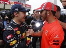 Pilotos Lewis Hamilton e Sebastian Vettel cumprimentam-se depois do Grande Prêmio do Brasil de F1 no circuito de Interlagos, em São Paulo. 25/11/2012 REUTERS/Paulo Whitaker