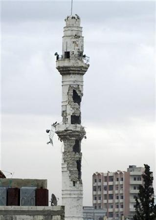 A view shows a damaged minaret of a mosque in the old city of Homs, December 19, 2012. Picture taken December 19, 2012. REUTERS/Yazan Homsy