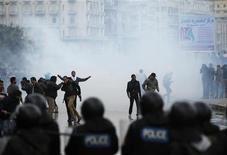 Policiais usam gás de pimenta para dispersar manifestantes que se opõem ao presidente egípcio Mohamed Mursi em Alexandria. 21/12/2012 REUTERS/Khaled Abdullah