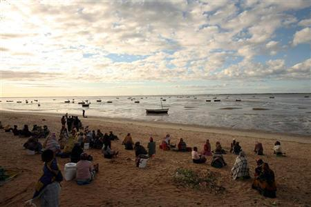 Women wait for fishermen to return with their catch in Costa do Sol, Maputo June 28, 2007. REUTERS/Siphiwe Sibeko
