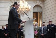 """O presidente francês, François Hollande, em discurso onde declarou """"missão cumprida"""" durante cerimônia para honrar as trofas francesas que voltaram para casa após servirem no Afeganistão, no Palácio do Eliseu, em Paris. A França pretende trazer seu déficit orçamentário de volta para os limites da União Europeia no próximo ano, disse o presidente do país, François Hollande, apesar de novas evidências de que a economia está perto da estagnação. 21/12/2012 REUTERS/Thibault Camus/Pool"""