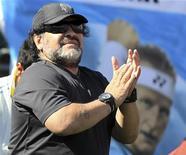 Las posibilidades de Maradona de convertirse en el seleccionador de fútbol iraquí estaban el viernes en el aire, ya que la federación del país de Oriente Próximo también está estudiando la opción de fichar a Sven-Goran Eriksson en su lugar. En esta imagen de archivo, el ex astro del fútbol argentino Diego Maradona frente a una imagen del tenista argentino David Nalbandian durante un partido de la Copa Davis, en Buenos Aires, el 16 de septiembre de 2012. REUTERS/Enrique Marcarian
