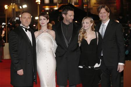 Actors Russell Crowe, Anne Hathaway, Hugh Jackman, Amanda Seyfried and director Tom Hooper (L-R) pose for photographers as they arrive for the world premiere of ''Les Miserables'' in London December 5, 2012. REUTERS/Suzanne Plunkett