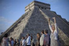 """Le soleil s'est levé vendredi sur les ruines des anciennes cités mayas du sud du Mexique, comme ici à Chichen Itza, où des groupes de mystiques, de hippies et de touristes venus du monde entier se sont donnés rendez-vous pour célébrer le début d'une """"ère nouvelle"""" - et non la """"fin des temps"""" attendue par certains. /Photo prise le 21 décembre 2012/REUTERS/Victor Ruiz Garcia"""