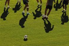 Les joueurs de Malaga à l'entraînement avant une rencontre de Ligue des champions à domicile. Malaga a écopé d'une suspension d'au moins un an de toute compétition européenne pour cause de factures impayées. /Photo prise le 23 octobre 2012/REUTERS/Jon Nazca