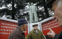 Le petit village de Zemo Alvani, dans les montagnes de Géorgie, à 200 km au nord-est de Tbilissi, a retrouvé sa statue de Staline vendredi, pour le 133e anniversaire de la naissance de l'ancien dirigeant soviétique. /Photo prise le 21 décembre 2012/REUTERS/David Mdzinarishvili
