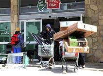 """Un grupo de personas sale con diversos artículos de un supermercado """"Chango Más"""" en San Carlos de Bariloche, Argentina, dic 20 2012. El Gobierno argentino responsabilizó el viernes a sindicatos opositores por una ola de robos y saqueos a comercios que provocó enfrentamientos, detenciones, heridos y la muerte de al menos dos personas. REUTERS/Trilcec Reyes"""