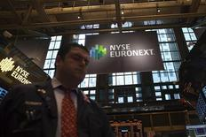 Le rachat pour 8,2 milliards de dollars (6,2 milliards d'euros) par IntercontinentalExchange de l'opérateur de marché NYSE Euronext prépare le terrain d'une bataille à quatre sur le marché lucratif des produits dérivés en Europe. /Photo prise le 20 décembre 2012/REUTERS/Andrew Kelly