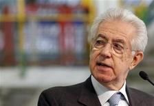 El primer ministro de Italia, Mario Monti, dando un discurso durante una visita a una planta de Fiat en Melfi, dic 20 2012. El primer ministro de Italia, Mario Monti, presentó el viernes la renuncia a su cargo ante el presidente Giorgio Napolitano, después de que el Parlamento aprobara el presupuesto 2013, preparando el camino para que se produzcan elecciones nacionales en febrero. REUTERS/Ciro De Luca