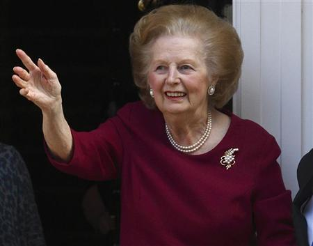 Former British Prime Minister Margaret Thatcher waves from her front doorstep as she returns home after leaving hospital, in London November 1, 2010. REUTERS/Andrew Winning