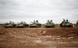 """Un grupo de tanques del Ejército, confiscados por el Ejército de Siria Libre, en una escuela de infanteria en Aleppo, dic 21 2012. Los rebeldes sirios advirtieron el viernes que su próximo objetivo será el aeropuerto de la norteña ciudad de Aleppo, después de que hicieran """"disparos de advertencia"""" a un avión que estaba a punto de despegar, el primer ataque directo a un vuelo civil desde que comenzó la revuelta hace 21 meses. REUTERS/Ahmed Jadallah"""