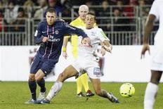 Le brestois Kamel Chafni (à droite) essaye de retenir le Parisien Jérémy Menez. Le Paris Saint-Germain s'est assuré vendredi de passer la trêve hivernale à la première place de la Ligue 1 en allant battre Brest 3-0. /Photo prise le 21 décembre 2012/REUTERS/Stephane Mahé
