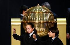 El número 76058 ha sido premiado con el Gordo en el tradicional Sorteo de la Lotería de Navidad que reparte el sábado 2.520 millones de euros en premios que por última vez estarán libres de impuestos. En la imagen, los niños Ismael (a la derecha) y Sherley cantan el número ganador, el 76058, en el sorteo de El Gordo de Navidad, en Madrid, el 22 de diciembre de 2012. REUTERS/Susana Vera